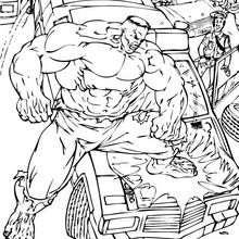 Hulk destruindo um carro de polícia
