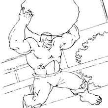 O Hulk levantando uma rocha