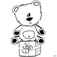 Desenho de um ursinho de sentado em um presente para colorir