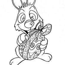 Desenho de um Coelhinho da páscoa com um ovo para colorir