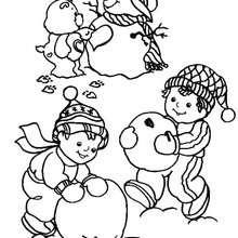 Desenho de um ursinho fazendo um boneco de neve para colorir