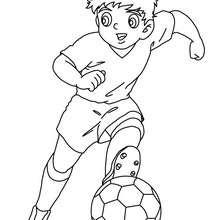 Desenho de um jogador de futebol driblando para colorir