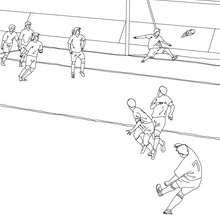 Desenho de um jogador de futebol marcando um gol para colorir