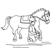 Desenho de um menino limpando o casco do Cavalo para colorir
