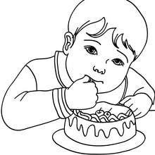 Desenho de um menino comendo um bolo de aniversário para colorir