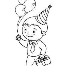 Desenho de um menino com seu presente de aniversário para colorir