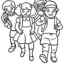 Desenho de crianças no pátio da escola para colorir