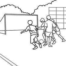 Desenho de crianças jogando futebol no recreio para colorir
