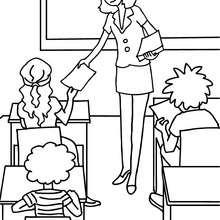 Desenho para colorir de uma professora distribuindo folhas pros seus alunos