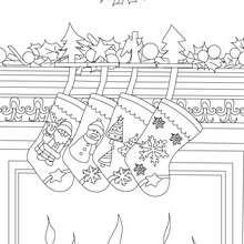 Desenho de lindas meias de Natal na lareira para colorir