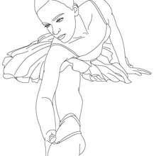 Desenho de uma bailarina se alongando  na aula de balé para colorir