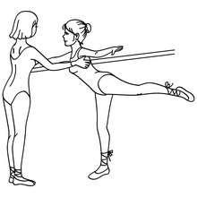 Desenho de uma professora na aula de balé ensinando como fazer um arabesque na barra para colorir