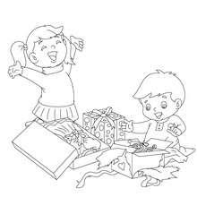Desenho de crianças abrindo seus presentes de Natal para colorir
