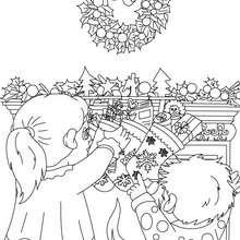 Desenho das meias de Natal das crianças para colorir