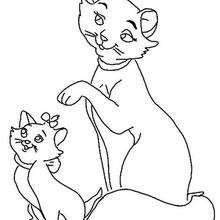 A Mamãe gato com seus gatinhos