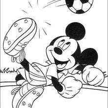 Mickey jogando futebol