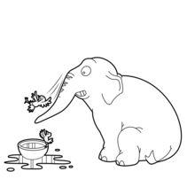 Elefante que joga com pássaros