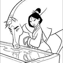 A Mulan com o Khan bebendo água