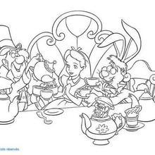 Alice tomando chá