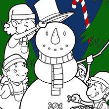 Elfos que constroem um boneco de neve para o Natal