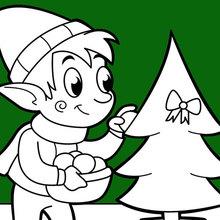 Um elfo que decora a árvore de Natal